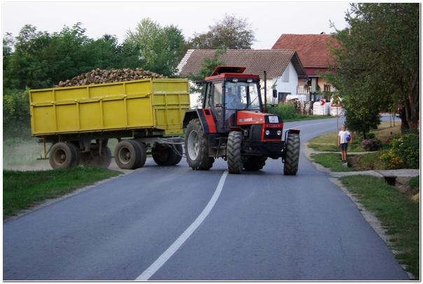 traktor_na_cesti